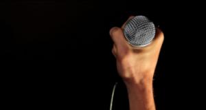 Prendre la parole un micro à la main